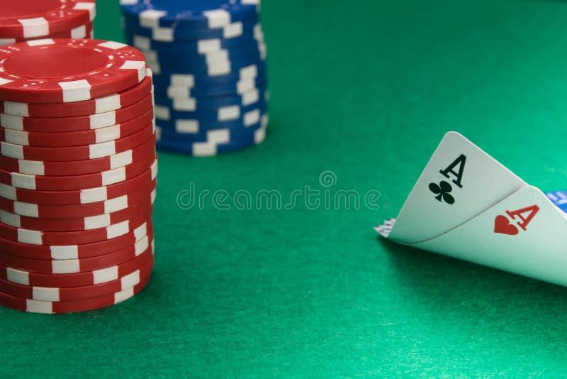 Op de groene lijst in het casino, twee azen en een grote weddenschap om blackjack te winnen royalty-vrije stock fotografie