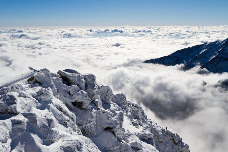 Op de heuvel boven de wolken stock afbeeldingen