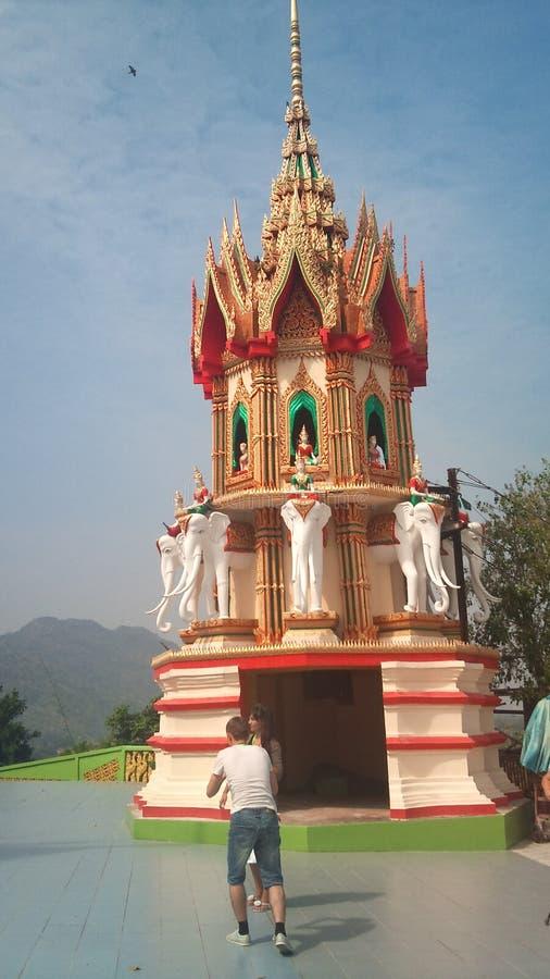 Op de hoge bergtribunes de Boeddhistische tempel van het tijgerhol Thailand royalty-vrije stock fotografie