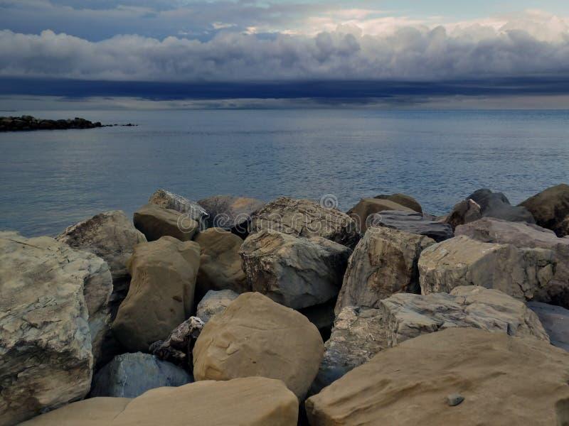 Op de kust van de Zwarte Zee vóór een onweersbui royalty-vrije stock afbeeldingen