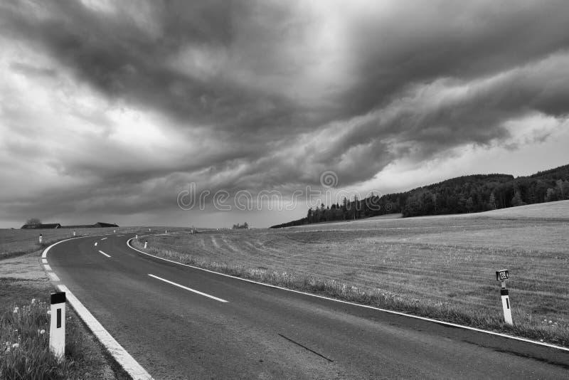 Op de lege weg vóór zwaar onweer stock afbeelding