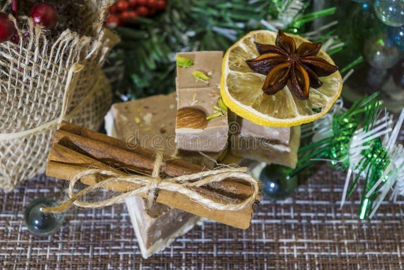 Op de lijst gelegde Kerstmisdecoratie Cake, kaneel, steranijsplant, stukken droge citroenen, pijnboomtak stock foto