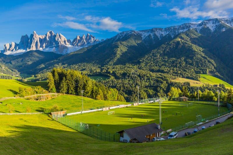 Op de manier aan een koude de herfstdag door Zuid-Tirol stock fotografie