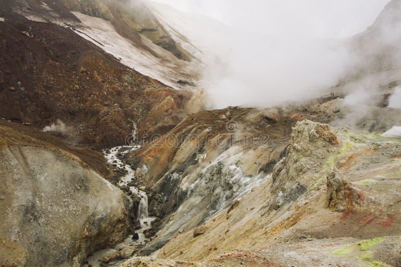 Op de manier aan de krater van de vulkaan stock afbeeldingen