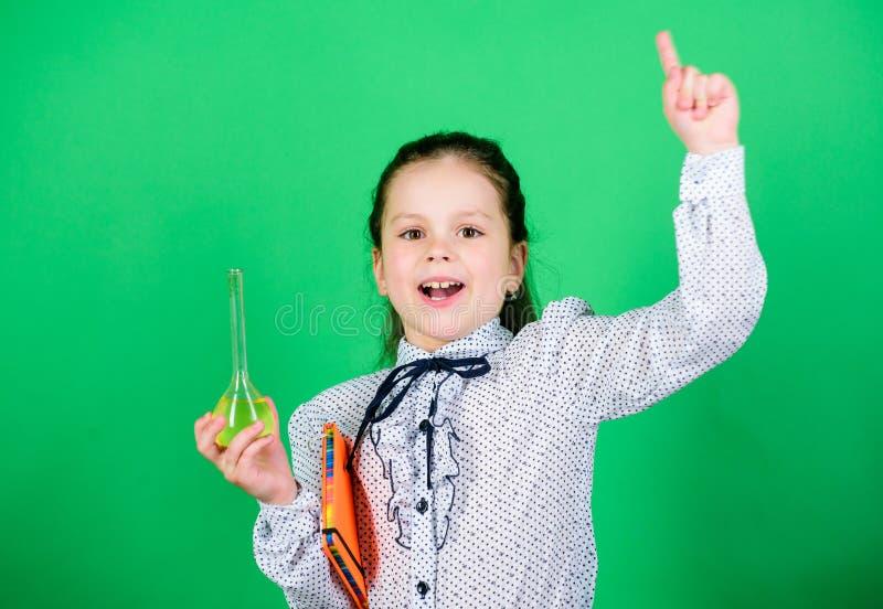 Op de manier aan succes Ik kan u genezen Onderwijs en kennis wetenschapsonderzoek naar laboratorium Klein schoolmeisje Kindstudie stock afbeeldingen