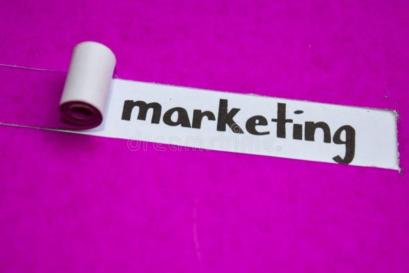 Op de markt brengend tekst, Inspiratie, Motivatie en bedrijfsconcept op purper gescheurd document royalty-vrije stock afbeelding