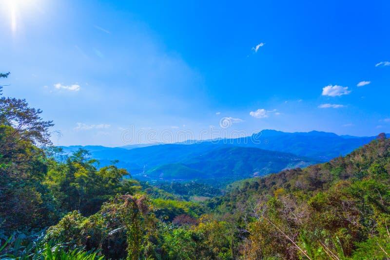op de meningspunt van Doi Pha Mee kunt u Doi Nangnon in de vorm van Maesai Chiang Rai van bergen zien als vrouwen het slapen kijk stock foto's