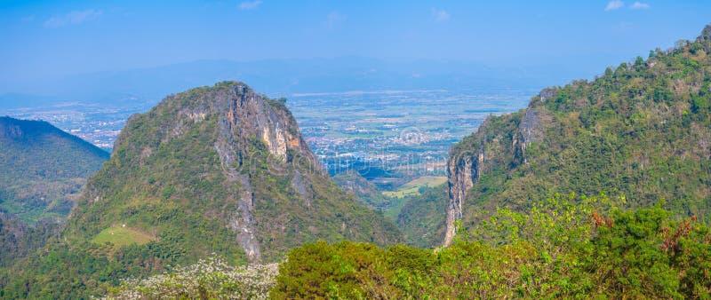 op de meningspunt van Doi Pha Mee kunt u Doi Nangnon in de vorm van Maesai Chiang Rai van bergen zien als vrouwen het slapen kijk royalty-vrije stock foto