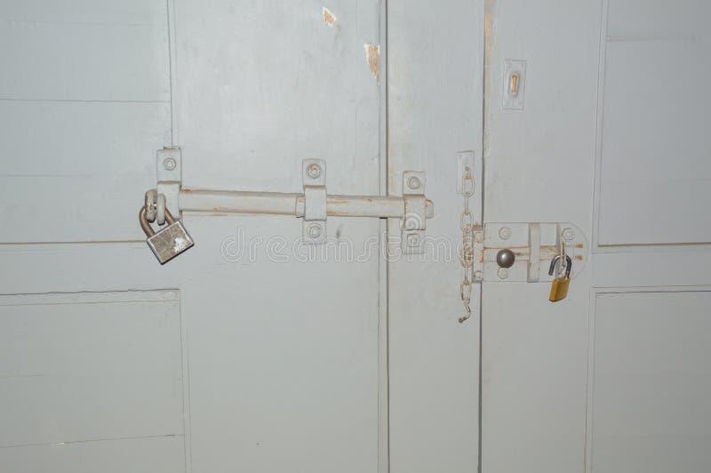 Op de poort met de poort is een groot slot met een deadbolt royalty-vrije stock afbeeldingen
