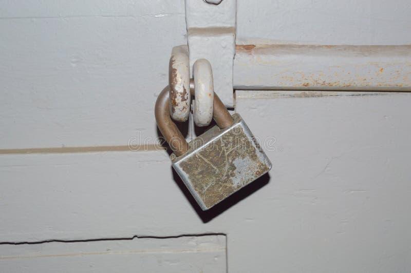 Op de poorten van het grote slot met een deadbolt royalty-vrije stock afbeelding
