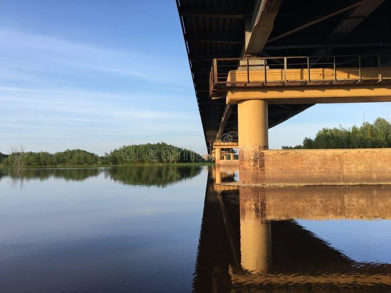 Op de rivier onder de brug stock foto