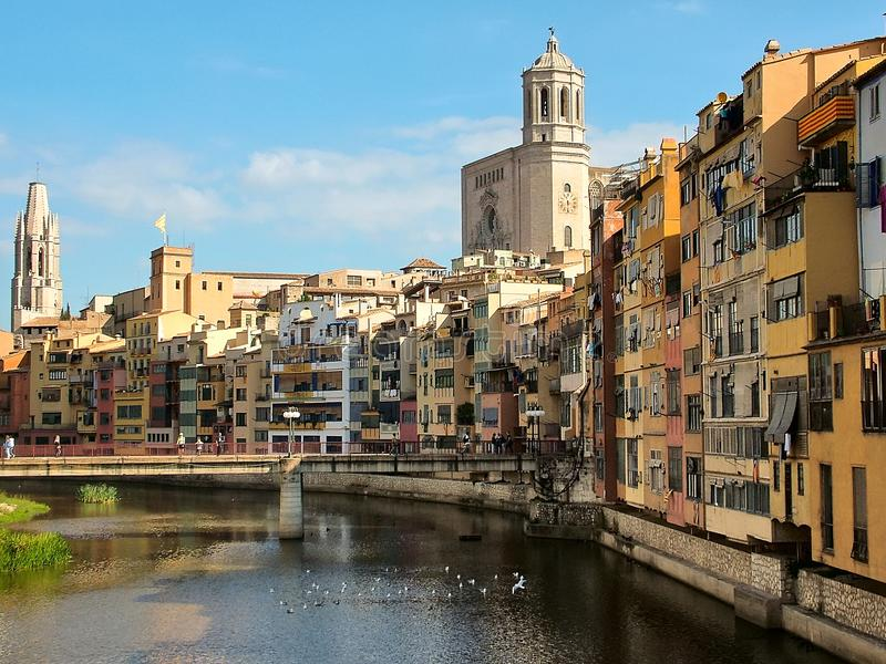 Op de Rivier Onyar in Girona in Catalonië, Spanje stock afbeelding
