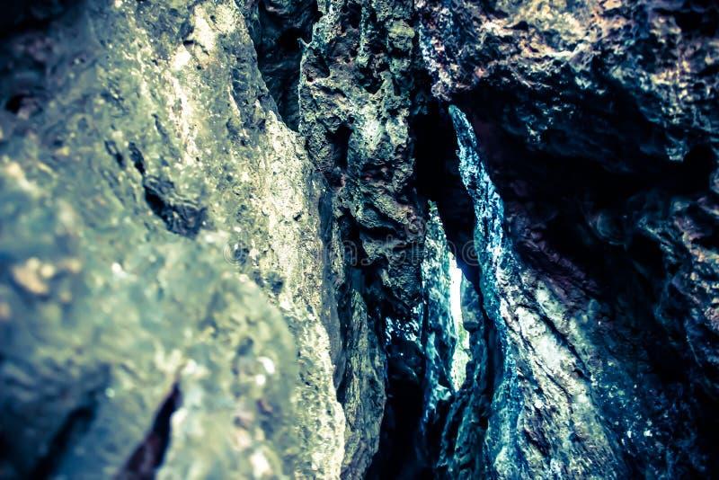 Op de rotsen van een zo blauwe baai royalty-vrije stock foto's