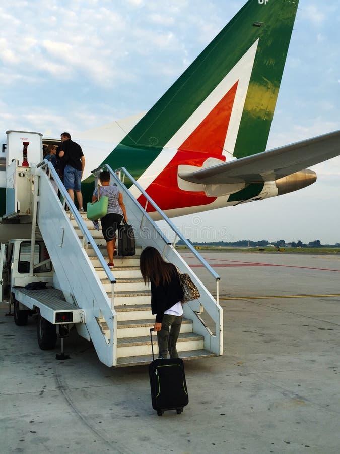 Op de stappen van het vliegtuig bij de luchthaven stock fotografie