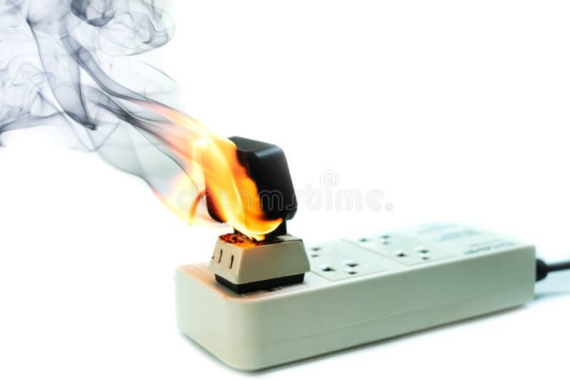 Op de stopvergaarbak en adapter van de brand elektrische draad op witte achtergrond royalty-vrije stock afbeelding