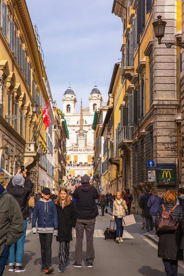 Op de straat in het centrum van Rome, op de achtergrond Spani royalty-vrije stock afbeeldingen