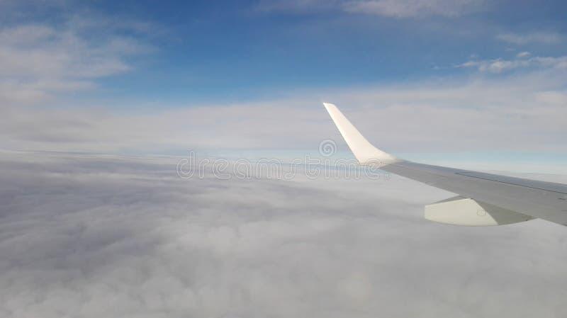 Op de vleugels van de wind boven de Alpen stock afbeeldingen
