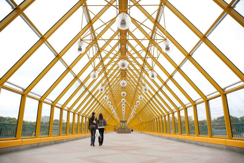 Op de voetbrug royalty-vrije stock afbeeldingen