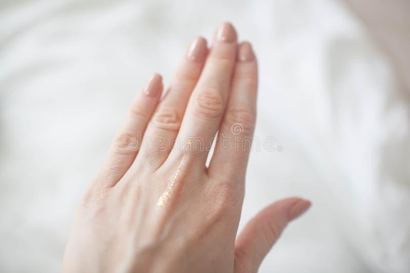 Op de vrouwelijke sticker van de handflits royalty-vrije stock foto