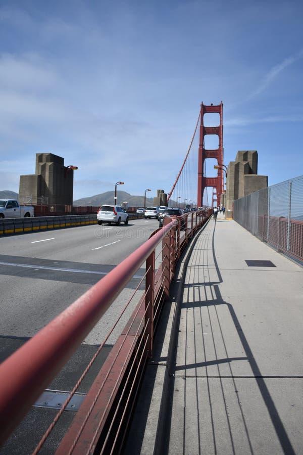 Op de weg aan Golden gate bridge van kant van San Francisco, 2 stock fotografie