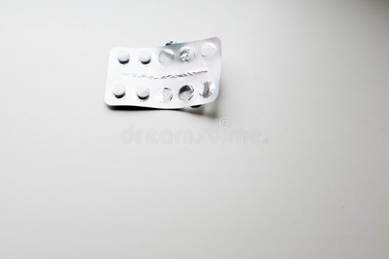 Op de witte achtergrond van de pil royalty-vrije stock afbeelding