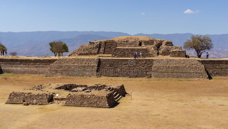 Op de Zapotec-piramide bij Monte Alban-plaats, Mexico royalty-vrije stock fotografie