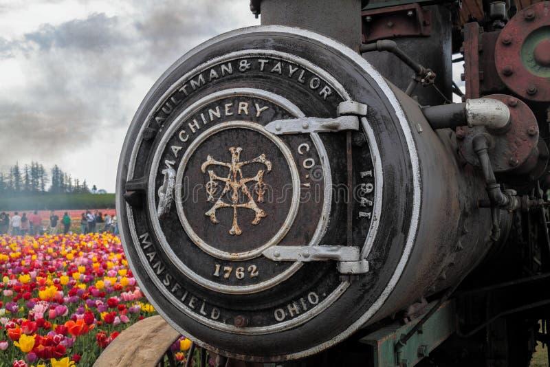 Op dichte mening van een voordeel van een stoommotor met gravure op het royalty-vrije stock afbeeldingen