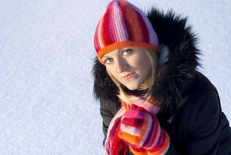 Op een achtergrond van sneeuw, mooi meisje stock foto