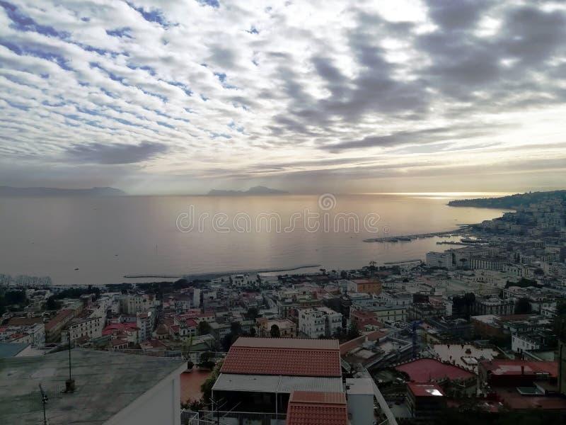 Op een bewolkte dag, het overzees en Capri stock fotografie