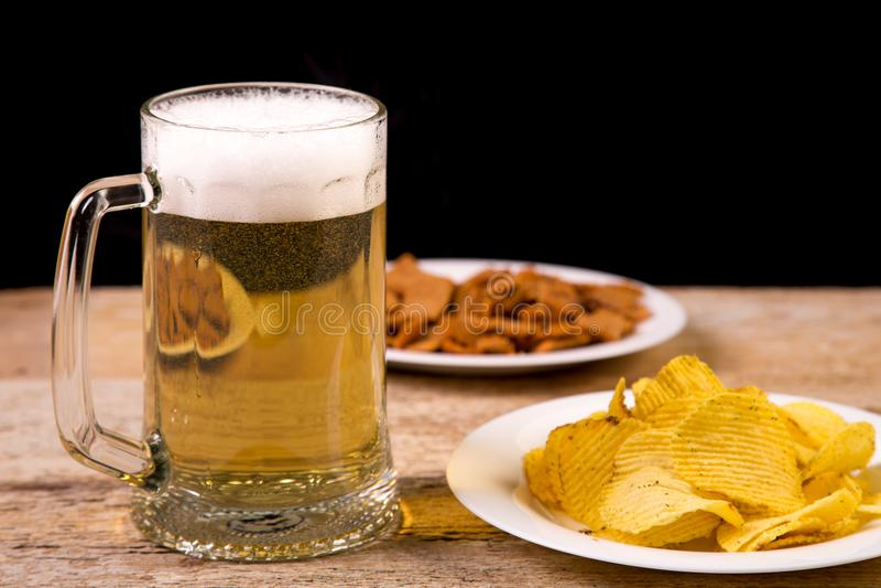 Op een houten lijst is een mok bier Horizontaal beeld stock fotografie