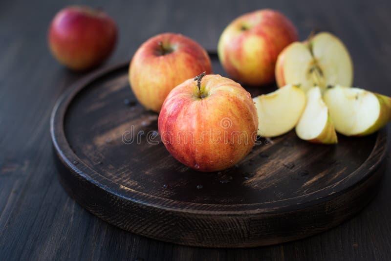 Op een houten tribune verse rode appelen royalty-vrije stock fotografie