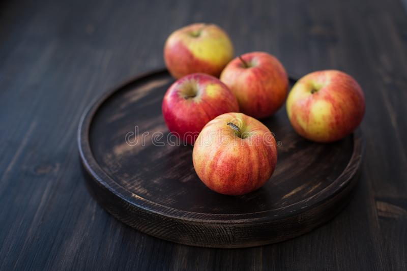Op een houten tribune verse rode appelen stock afbeeldingen