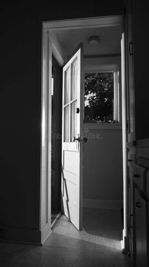 Op een kier deur stock afbeeldingen