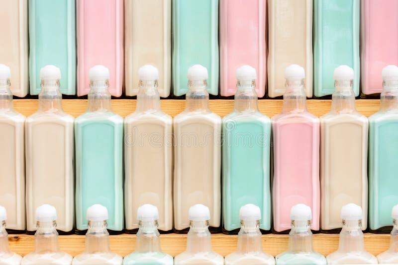 Op een rij prachtig geplaatst op de rek originele gekleurde dranken, fantastische textuur stock foto's