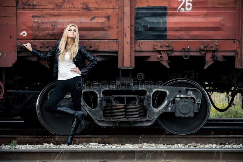 Op een spoorweg stock foto