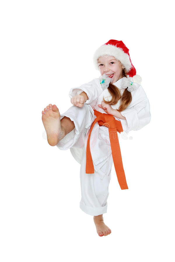 Op een witte achtergrond raakt het meisje in een kimono een geïsoleerd schopbeen royalty-vrije stock afbeeldingen