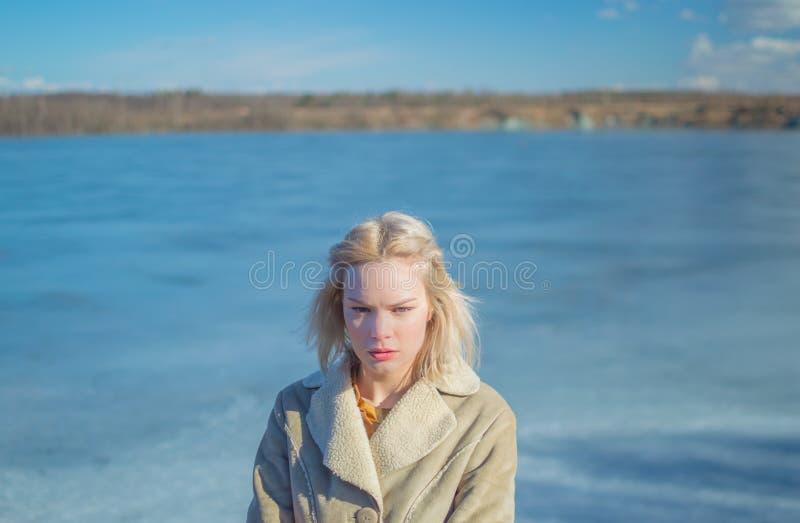 Op een Zonnige dag op het ijs is een meisje royalty-vrije stock fotografie