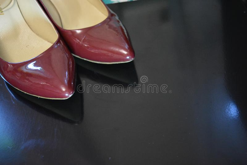 Op een zwarte glanzende achtergrond zijn sokken van de schoenen van het vrouwen` s Bordeaux met bezinning royalty-vrije stock afbeeldingen