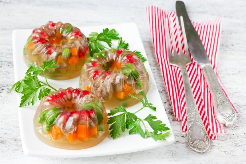 Op gelei gezette vlees, aspic, galantine met groenten en peterselie royalty-vrije stock afbeeldingen