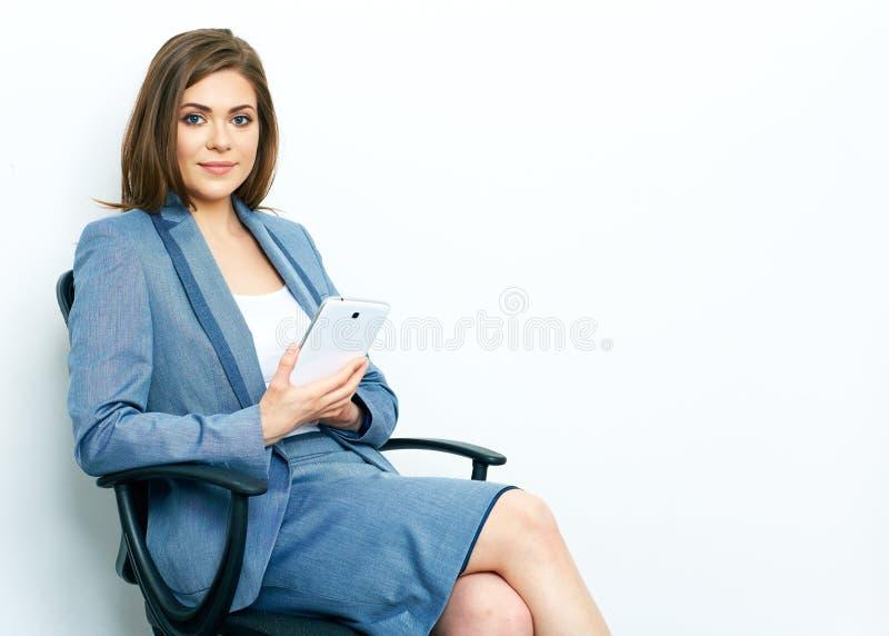 Op groene achtergrond Bedrijfs vrouw die met tablet werkt royalty-vrije stock foto's