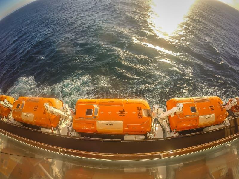 Op groot cruiseschip aan Alaska in vreedzame oceaan stock foto's