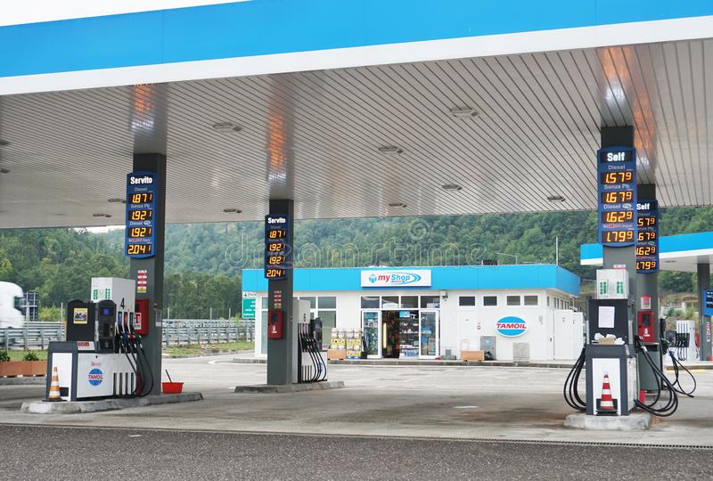 Op het benzinestation bij de snelweg royalty-vrije stock afbeeldingen