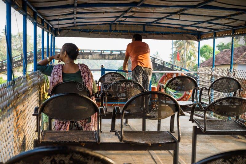 Op het dek van de veerboot langs de kollam kottapuram-waterweg van Alappuzha naar Kollam, Kerala, India stock fotografie