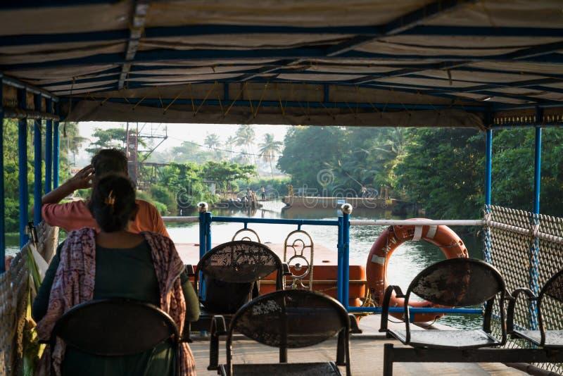 Op het dek van de veerboot langs de kollam kottapuram-waterweg van Alappuzha naar Kollam, wachtend op een bootbrug, Kerala, India stock foto