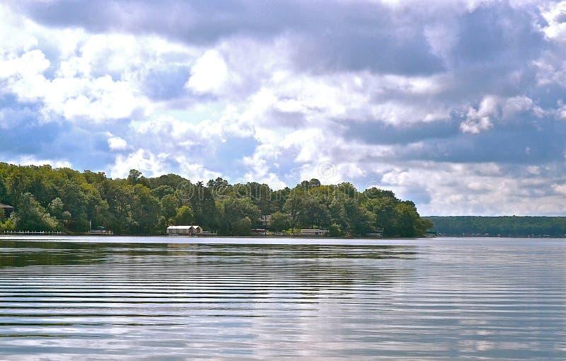 Op het flikkerende water in de Meren van Detroit, Minnesota royalty-vrije stock afbeelding
