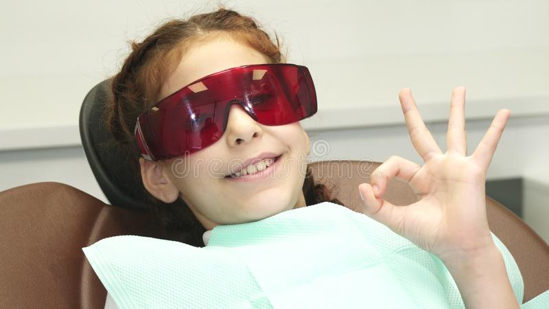 Op het gelukkige meisje die speciale glazen dragen die haar ogen beschermen royalty-vrije stock foto's