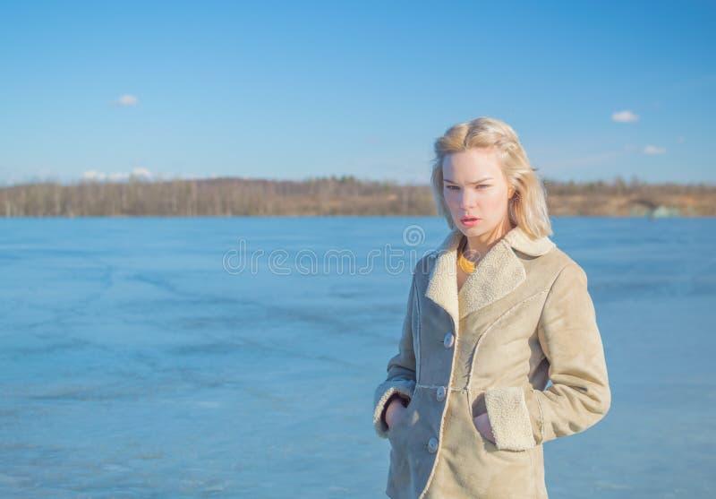 Op het ijs van meergangen een mooi meisje op een Zonnige dag stock foto's