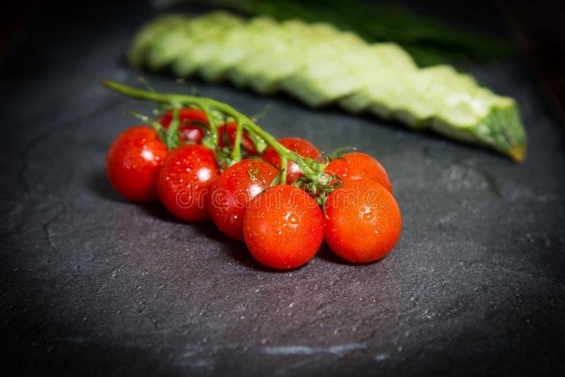 Op het marmer is de lijst een reeks groenten voor het koken stock foto