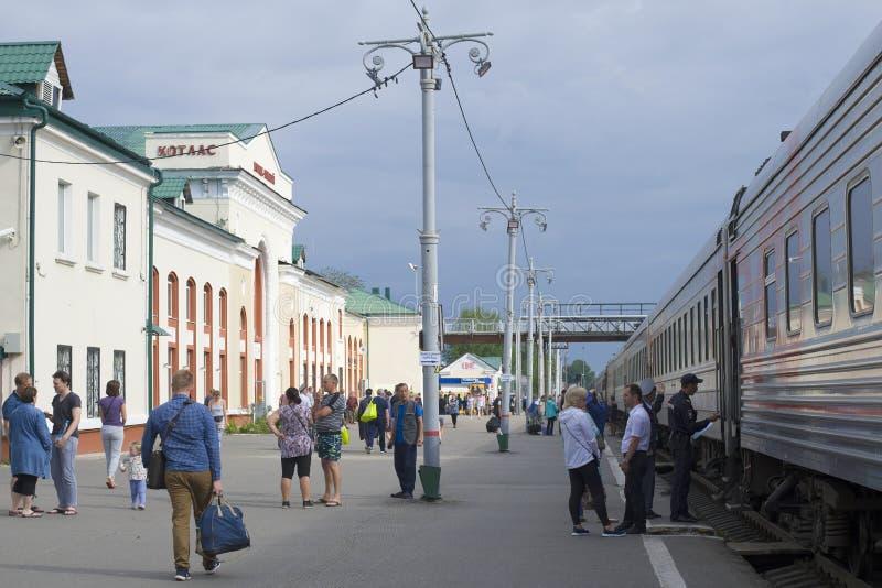 Op het platform van het Kotlas-station stock foto's
