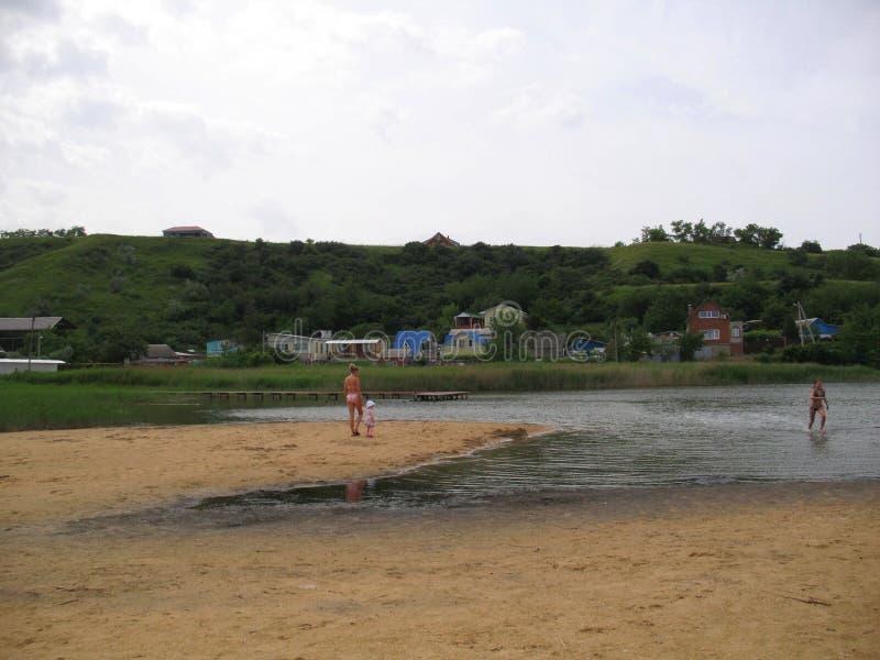 Op het strand van moddermeer in Golubitskaya Rusland royalty-vrije stock afbeelding